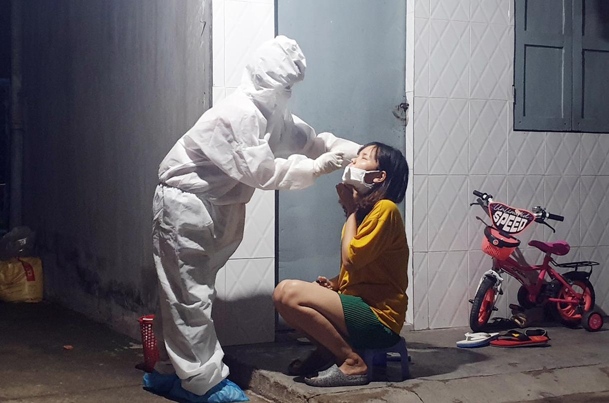 Trung tâm kiểm soát Bệnh tật Đồng Nai lấy mẫu xét nghiệm nCoV cho công nhân Changshin ở xã Thạnh Phú trong tối 14/7. Ảnh: Hoàn Lê