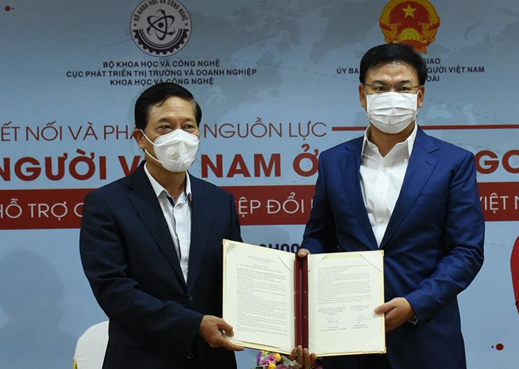 Thứ trưởng Bộ Khoa học và Công nghệ Trần Văn Tùng (trái) và Thứ trưởng Bộ Ngoại giao Phạm Quang Hiệu (phải) ký hợp tác. Ảnh: NX.