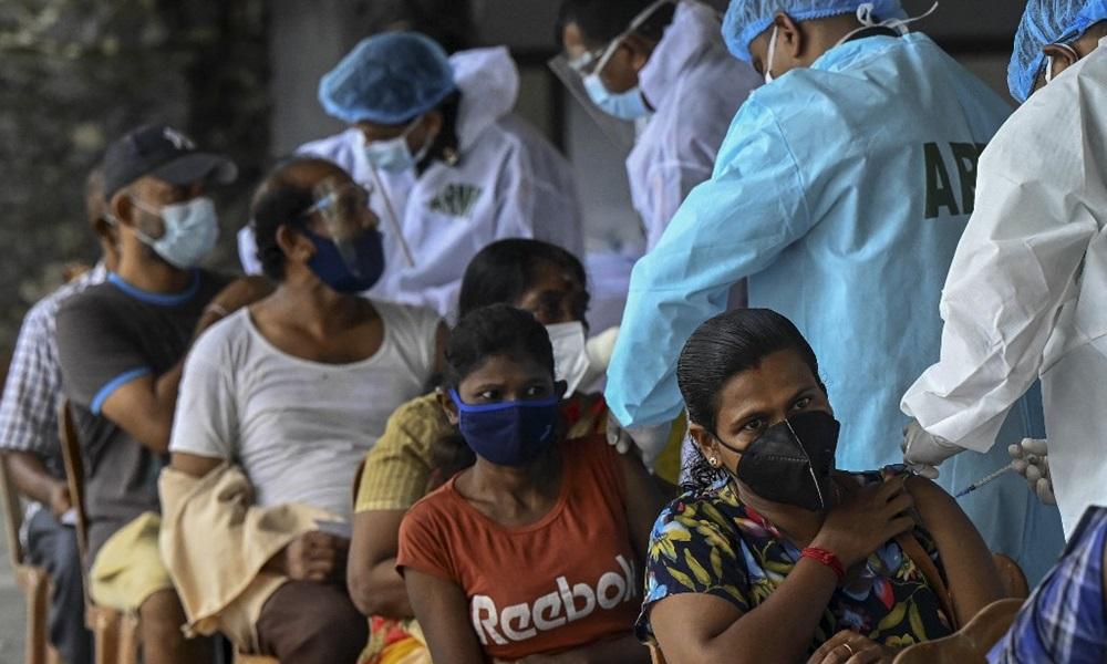 Nhân viên y tế quân đội tiêm phòng vaccine Covid-19 cho người dân ở Sri Lanka hôm 15/7. Ảnh: AFP.