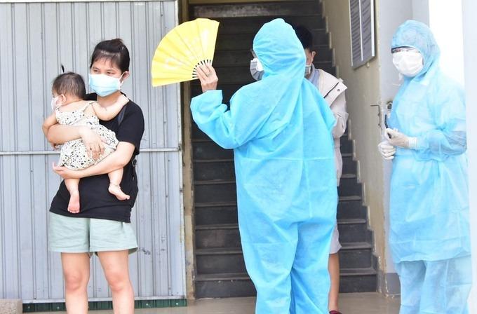 Lực lượng chức năng Thừa Thiên Huế đón người dân đang cách ly tập trung ở Quảng Trị về cách ly ở quê nhà, ngày 9/7. Ảnh: CTV