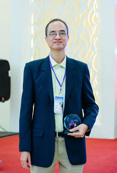 Thầy Vĩnh Huy tại hội thảo chia sẻ kinh nghiệm săn học bổng du học Mỹ do USGuide tổ chức ngày 30/6/2019. Ảnh: NVCC.