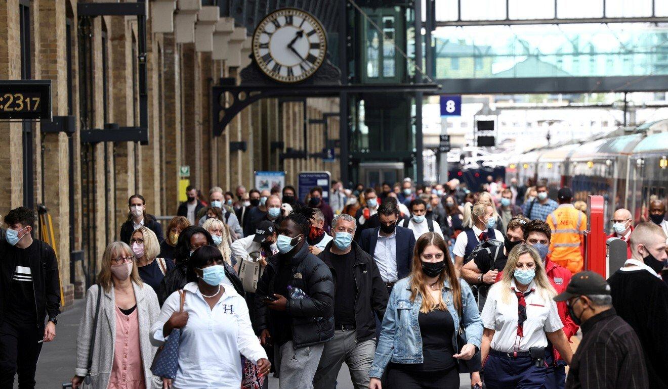 Người dân đi qua một nhà ga ở London, Anh ngày 12/7. Ảnh: Reuters.