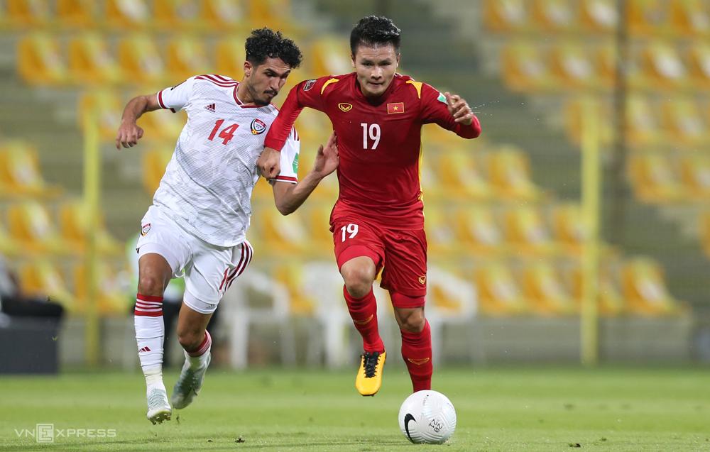 Nguyen Quang Hai dalam kekalahan 2-3 di lapangan UEA di babak kualifikasi kedua.  Foto: Lam Thoa