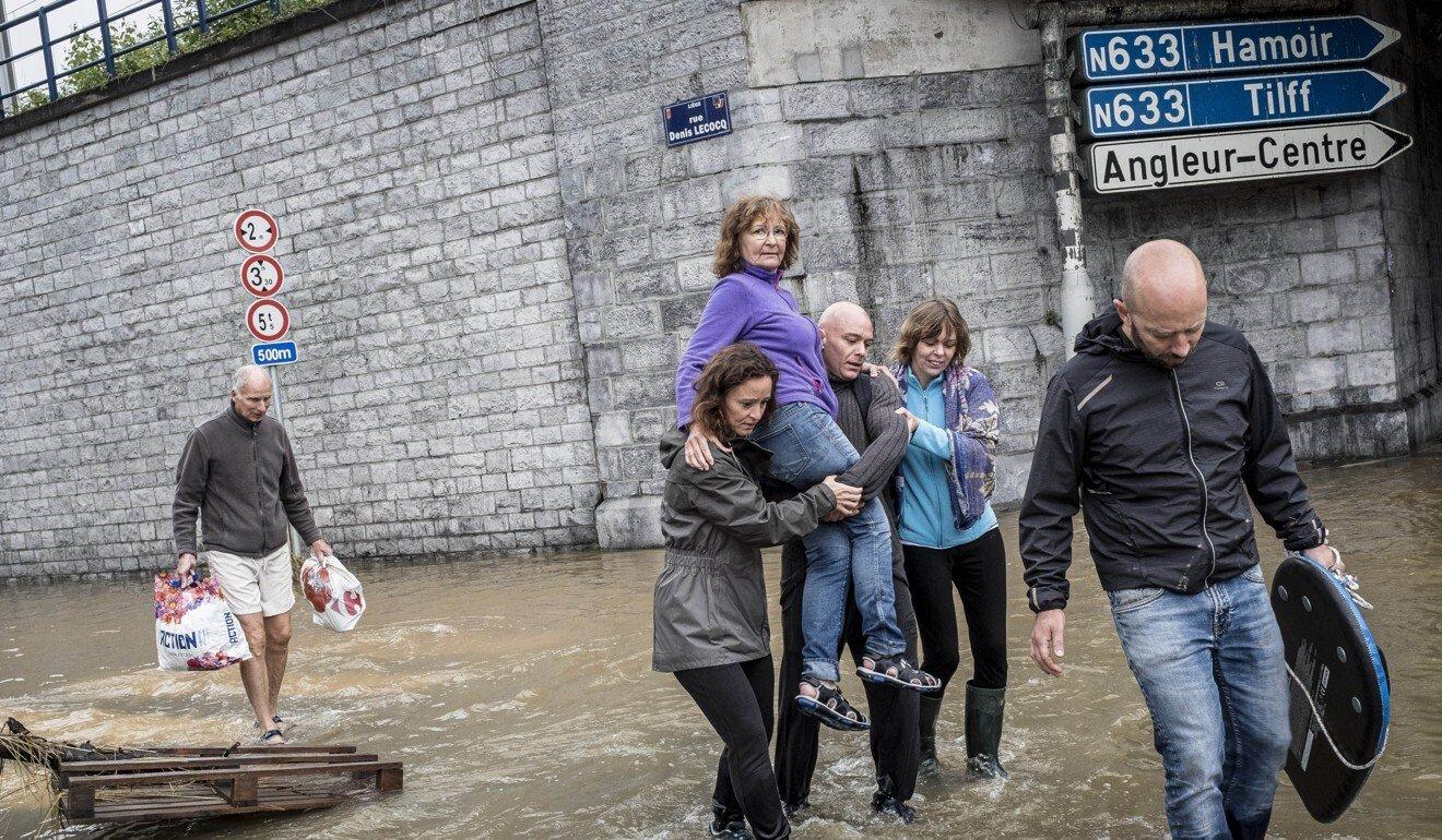 Người dân vùng Angleur, Bỉ sơ tán khi nước lũ ập đến vào ngày 16/7. Ảnh: AP.