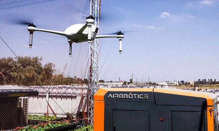 Mẫu drone của cảnh sát Dubai và trạm cơ sở. Ảnh: Airobotics.