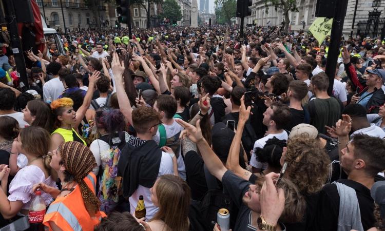 Hàng nghìn người tuần hành kêu gọi dỡ bỏ mọi biện pháp hạn chế chống Covid-19 tại London, Anh, hôm 27/6. Ảnh: NurPhoto.