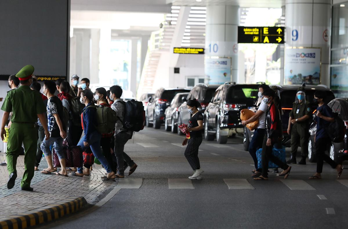 Người về từ TP HCM qua cảng hàng không quốc tế Nội Bài hômhôm 15/7. Ảnh: Ngọc Thành.