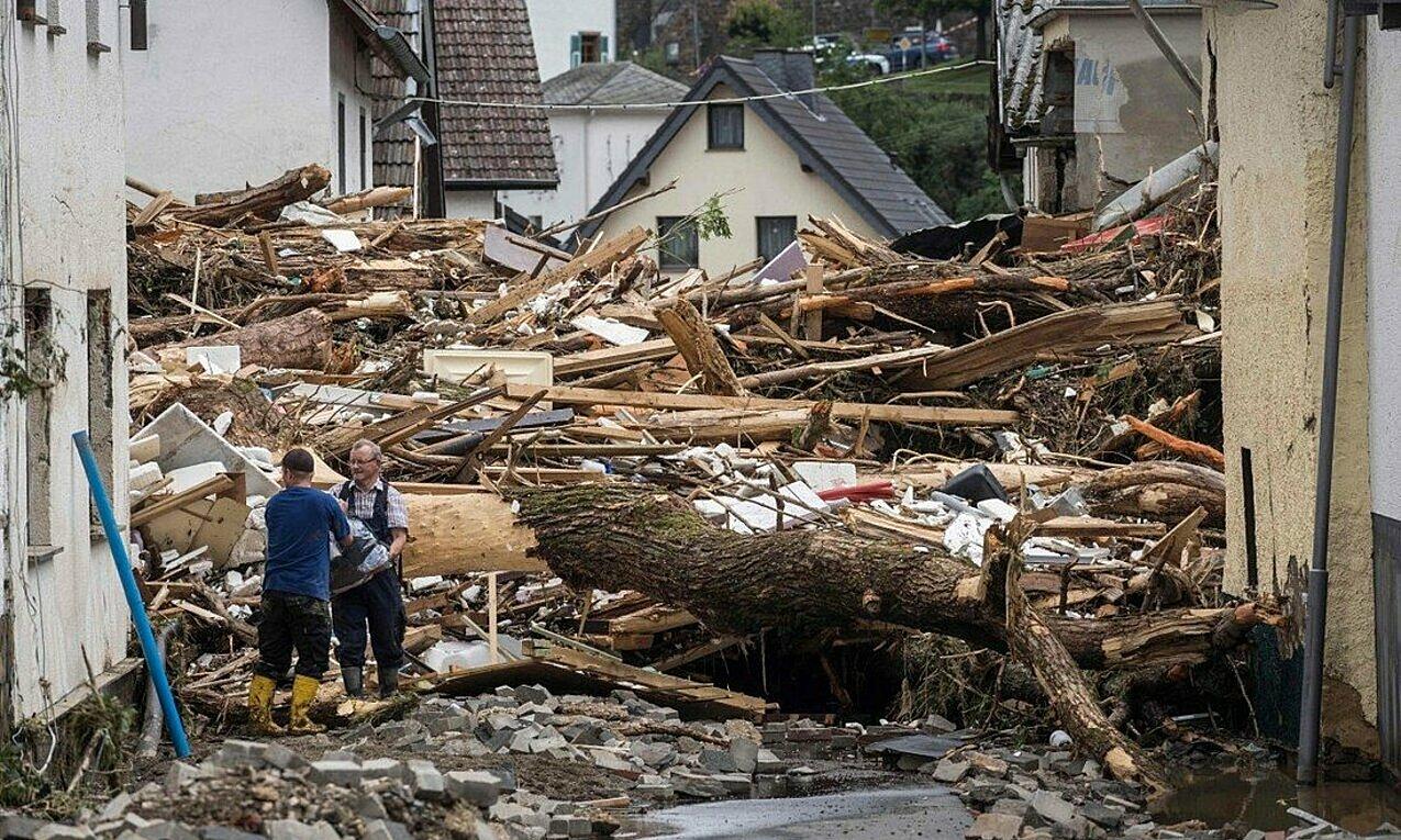Người dân thị trấn Schuld thu dọn hậu quả trận lũ lịch sử quét qua các bang Tây Đức vào tuần này. Ảnh: AFP.