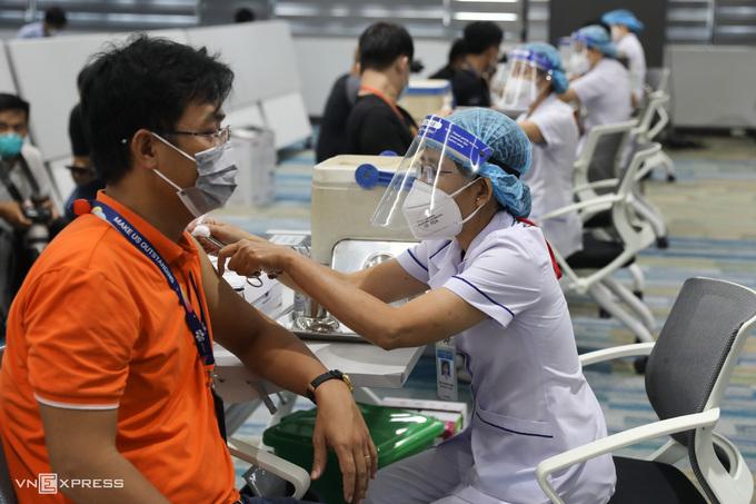 Nhân viên FPT Software ở Khu Công nghệ cao tiêm vaccine Covid-19, sáng 19/6. Ảnh:Quỳnh Trần.