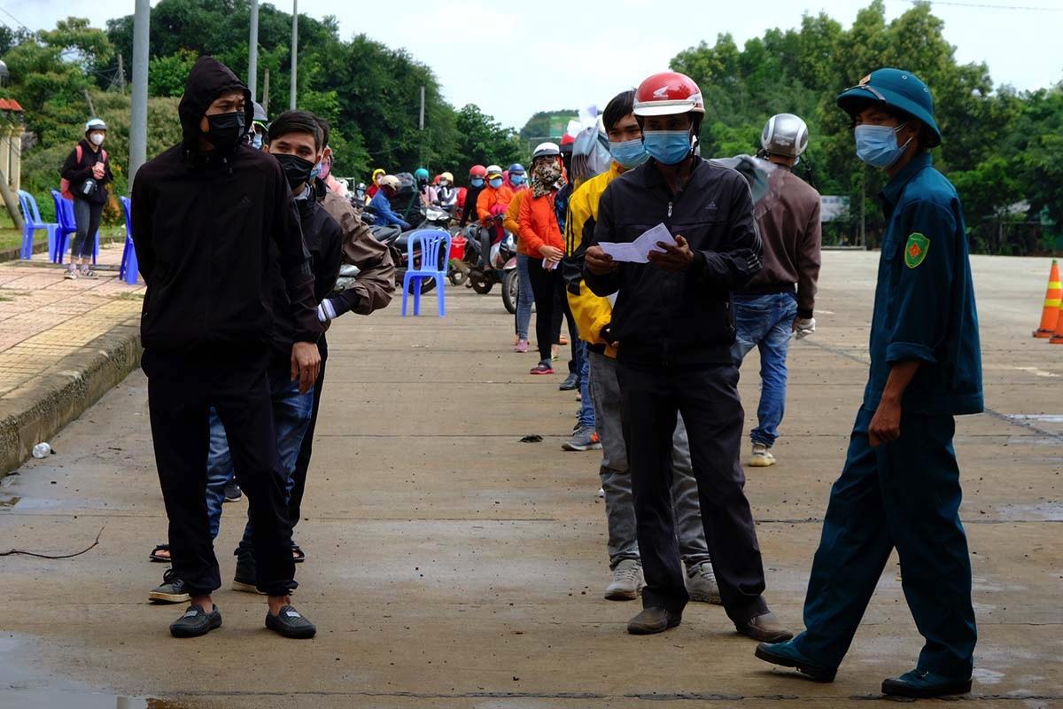 Người dân đi xe máy, xếp hàng dài chờ đến lượt. Ảnh: Ngọc Oanh