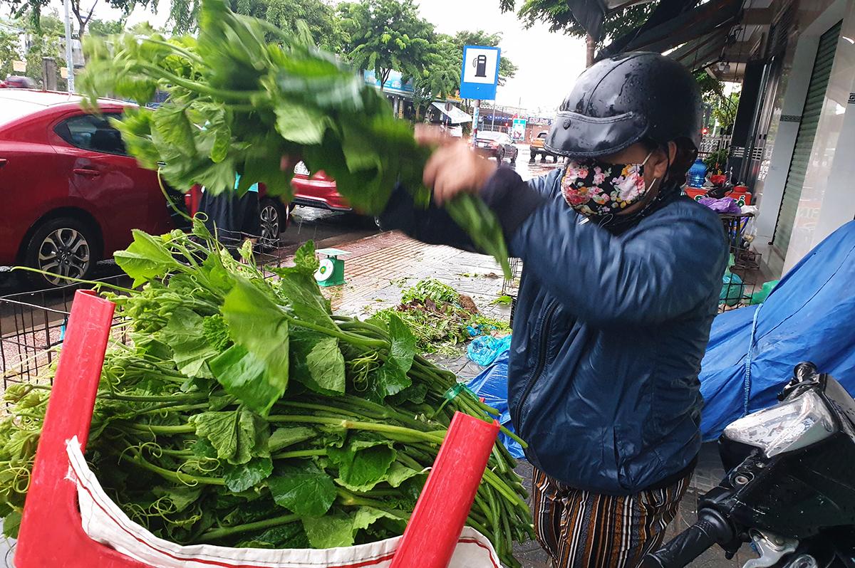 Bà Loan bán rau bí ở vỉa hè đường Trần Hưng Đạo, chiều 18/7. Ảnh: Trường Hà.