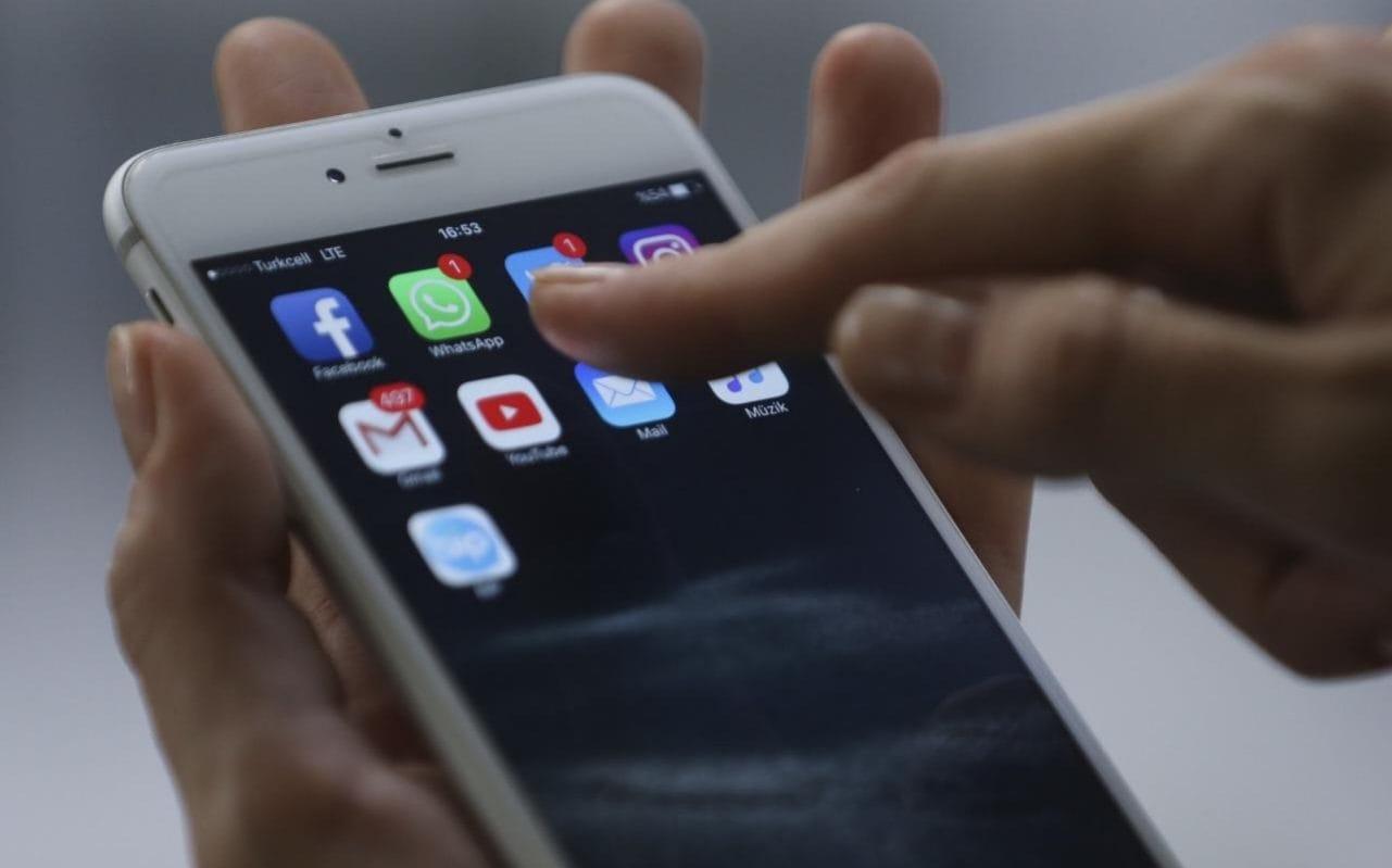 Cẩn trọng các dữ liệu cá nhân khi mang điện thoại đi sửa. Ảnh: Telegraph.