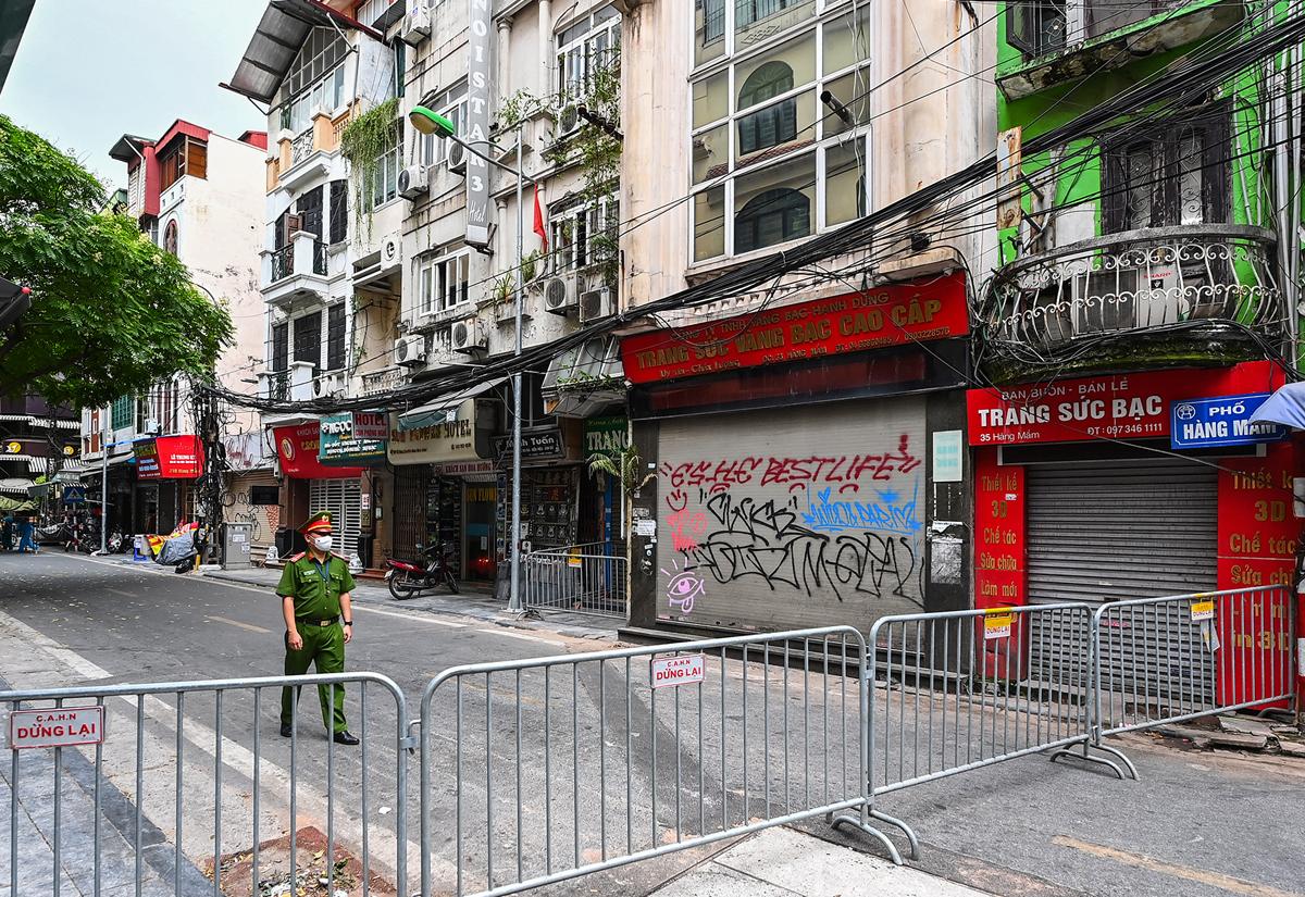Sáng 18/7, một đoạn phố Hàng Mắm bị phong toả do có ca nghi nhiễm. Ảnh: Giàng Huy.