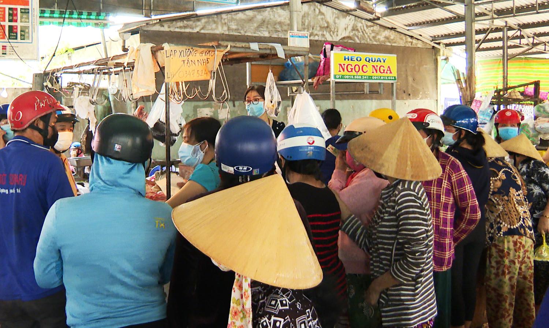 Người dân Bến Tre tập chen chúc mua thịt tại chợ Lạc Hồng trước giờ giãn cách. Ảnh: An Nam