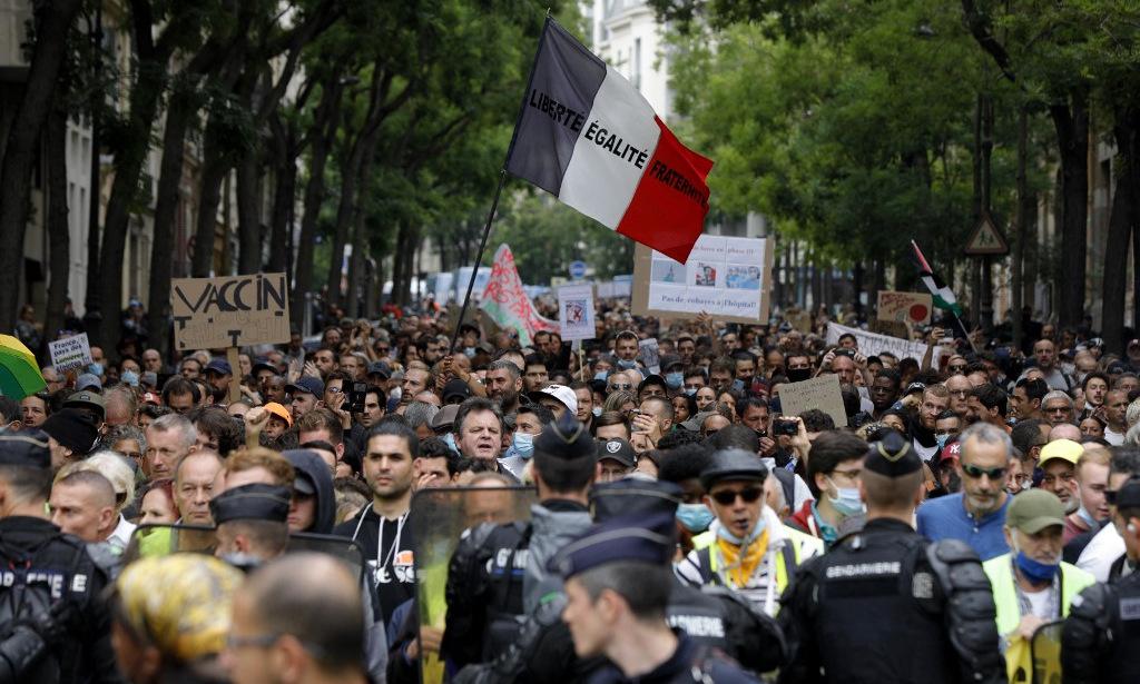 Người biểu tình tại một chốt kiểm soát của lực lượng an ninh Pháp ở Paris hôm 17/7. Ảnh: AFP.
