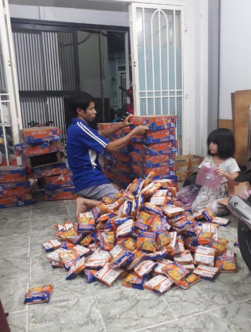 Chồng và con gái của cô Hương giúp dỡ những thùng đồ, phân chia vào các túi. Ảnh: NVCC.