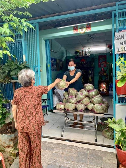 Chị Hương chia 80 kg cải non được nông dân ở Đồng Nai gửi vào từng túi, phân chia cho bà con trong khu và gửi tặng các khu phong tỏa ở quận 8. Ảnh: NVCC.