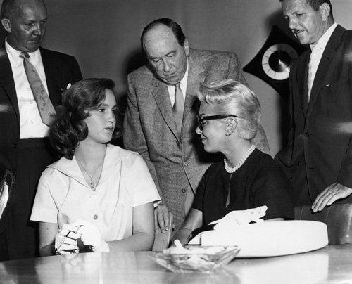 Mẹ con Lana và Cheryl trước phiên toà tháng 4/1958. Ảnh: IMDb