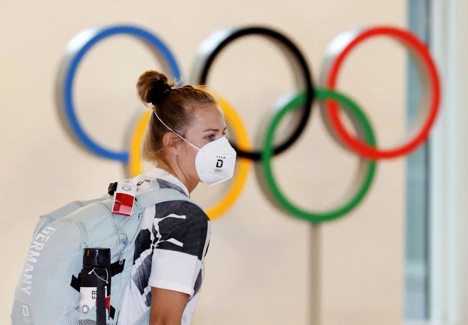 Vận động viên Đức đến sân bay ở Tokyo hôm 1/7. Ảnh: AP.