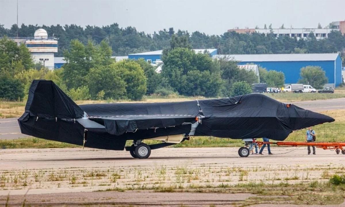 Mô hình hoặc nguyên mẫu tiêm kích thế hệ mới của Nga ở sân bay Zhukovsky hôm 15/7. Ảnh: Twitter/Dvinskyaero.