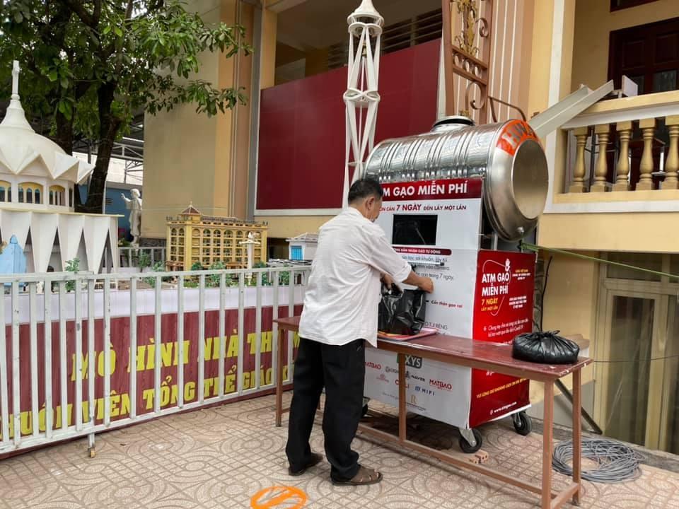 Người dân đến nhận gạo tại ATM thông minh trong khuôn viên giáo xứ Bình Thuận, quận Bình Tân. Ảnh: NVCC.