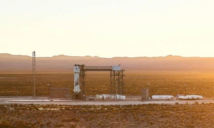 Tàu New Shepard ở bệ phóng trên sa mạc. Ảnh: Blue Origin.