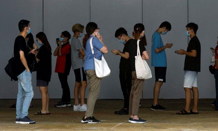 Người dân chờ xét nghiệm nCoV tại Singapore hôm 20/5. Ảnh: Reuters.