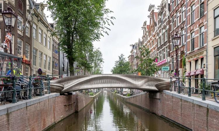 Cầu thép in 3D bắc qua kênh đào ở Hà Lan. Ảnh: Thea van den Heuvel.