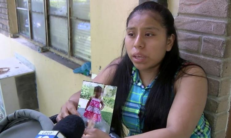 Mẹ của bé gái Jocelyn Mendez cầm di ảnh của con hôm 17/7. Ảnh: NY Post.