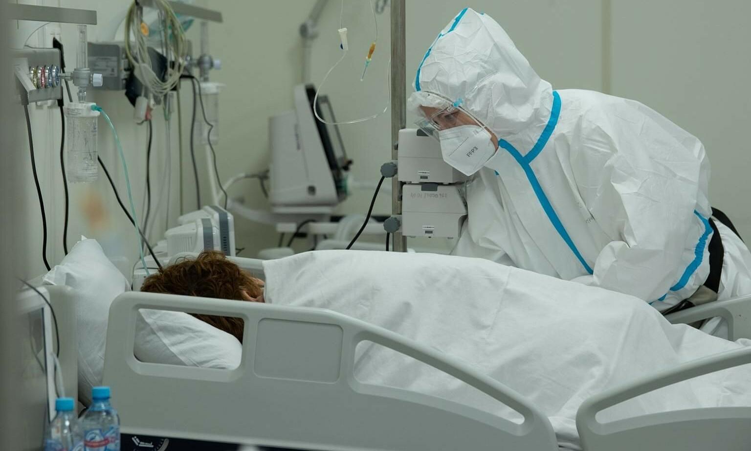 Một ca nhiễm nCoV triệu chứng nặng được điều trị trong khu hồi sức tích cực của Moskva. Ảnh: Reuters.