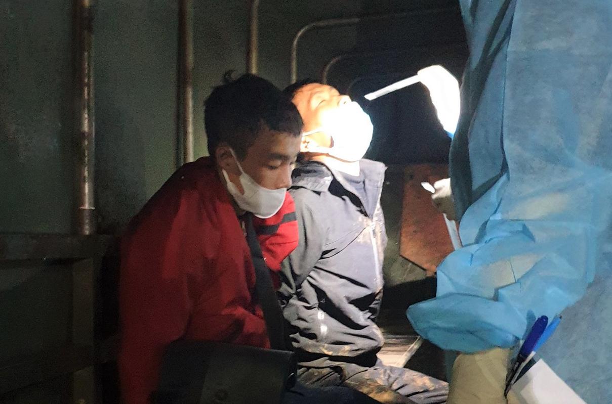 Hai thanh niên bị tạm giữ để điều tra hành vi Chống người thi hành công vụ. Ảnh: Hoài Thanh