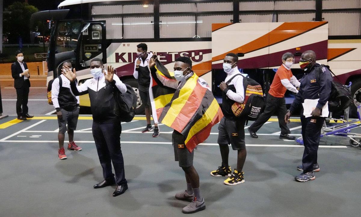 Đoàn cử tạ Uganda chuẩn bị đến Izumisano hôm 20/6. Ảnh: Kyodo.