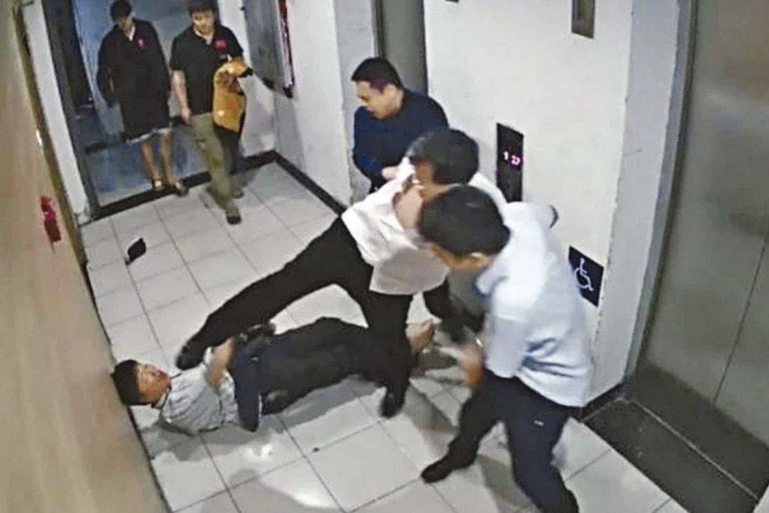 Trương Đào hành hung nhà khoa học tại sảnh thang máy. Ảnh: SCMP.