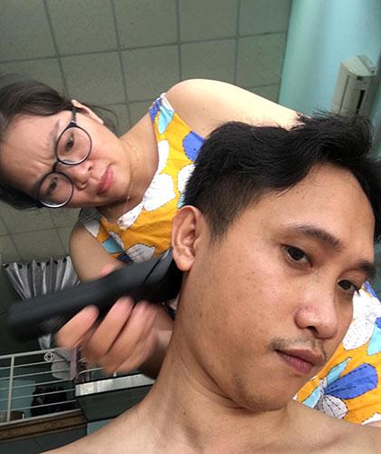Anh Trung chia sẻ hình ảnh vợ cắt tóc để lên đường chi viện TP HCM vận chuyển bệnh nhân. Ảnh: FB nhân vật.