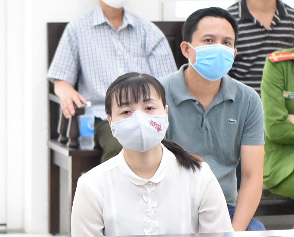 Bị cáo Thuỷ và Nam tại phiên xét xử ngày 20/7. Ảnh: Hải Thư