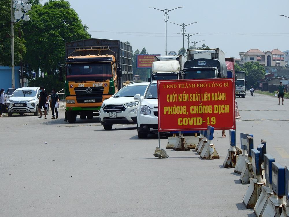 Chốt kiểm soát cầu Đá Bạc, TP Uông Bí ngày 20/7. Ảnh: Minh Cương