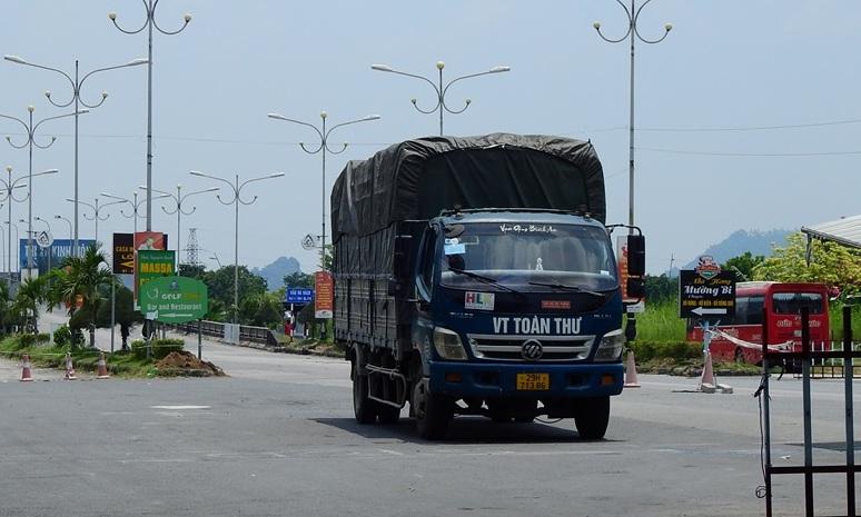 Chốt kiểm soát cầu Đá Vách ngày 20/7, thỉnh thoáng mới có phương tiện vào Quảng Ninh. Ảnh: Minh Cương