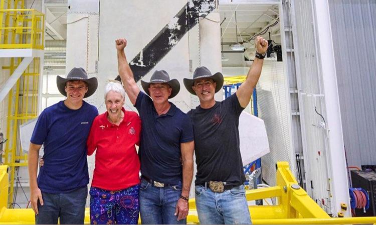Phi hành đoàn trên chuyến bay chở người đầu tiên của New Shepard lên vùng không gian cận quỹ đạo, gồm (từ trái sang phải) Oliver Daemen, Wally Funk, Jeff Bezos và Mark Bezos. Ảnh: Blue Origin.