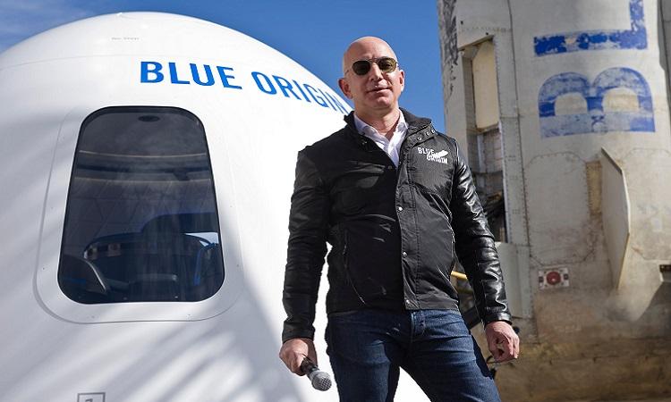 Tỷ phú Jeff Bezos bên cạnh khoang tàu New Shepard. Ảnh: Blue Origin.