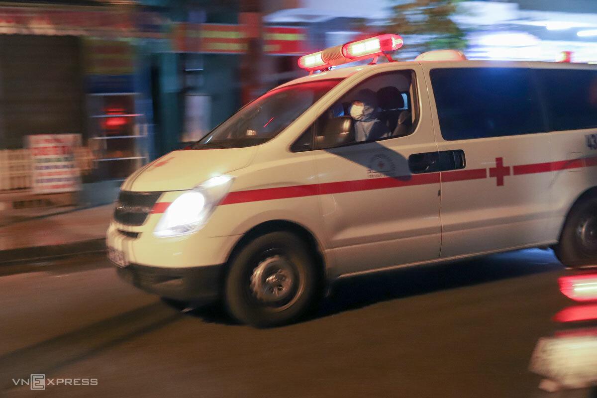Xe cứu thương 115 Đà Nẵng lao vút trong đêm đem người đi cách ly. Ảnh: Nguyễn Đông.