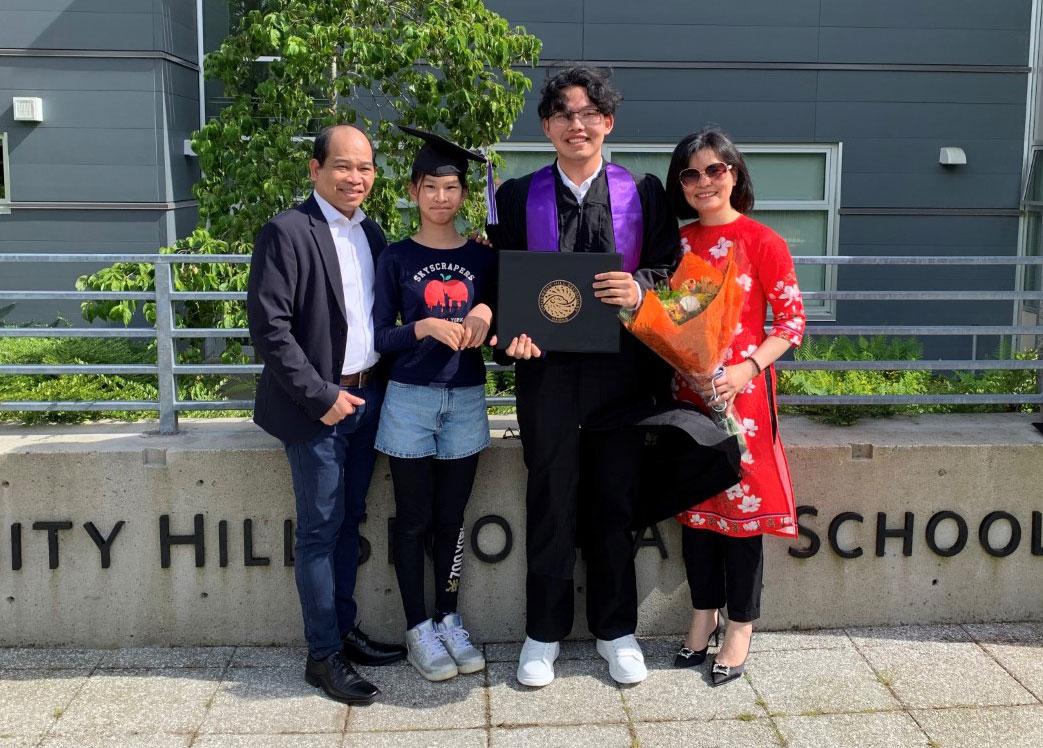 Anh Nguyễn Đăng Anh Thi (trái) và gia đình trong ngày lễ tốt nghiệp trung học của con trai. Ảnh: Nhân vật cung cấp.