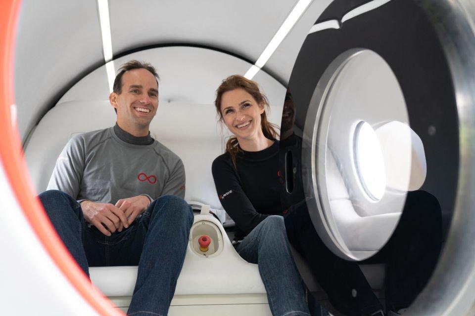 Sara Luchian và Josh Giegel trở thành những người đầu tiên đi trên Hyperloop.  Ảnh: The Sun.