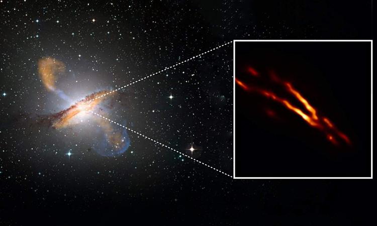 Ảnh chụp chùm tia phản lực phóng ra từ hố đen ở trung tâm của thiên hà Centaurus A. Ảnh: EHT/NASA.
