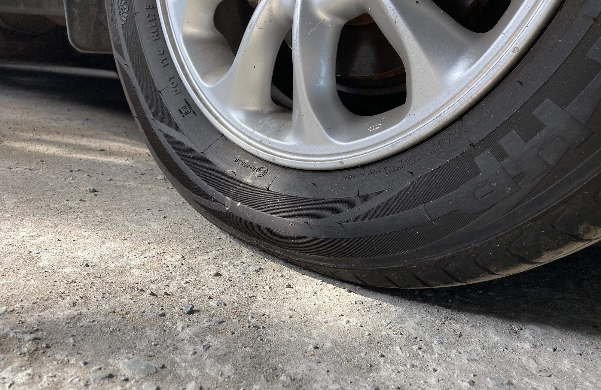 Điểm tiếp xúc giữa lốp và mặt đường lâu ngày có thể bị biến dạng.