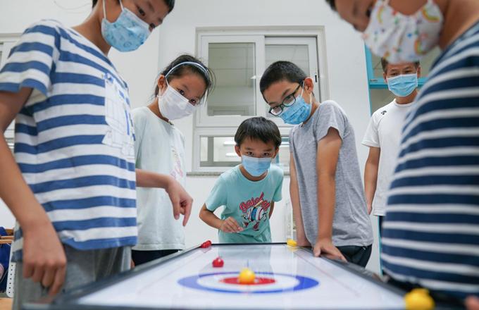 Học sinh vui chơi tại trường Tiểu học Bắc Kinh, thành phố Bắc Kinh, hôm 19/7. Ảnh: Xinhua.