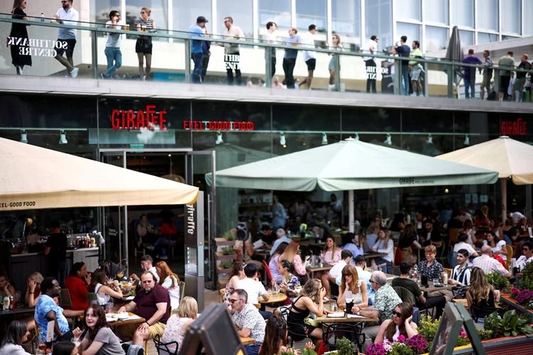 Người dân dùng bữa bên ngoài một nhà hàng ở South Bank chiều 19/7. Ảnh: Reuters.