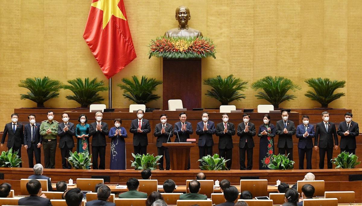 Chủ tịch Quốc hội, bốn Phó chủ tịch và các Ủy viên Thường vụ Quốc hội ra mắt các đại biểu, chiều 20/7. Ảnh: Giang Huy