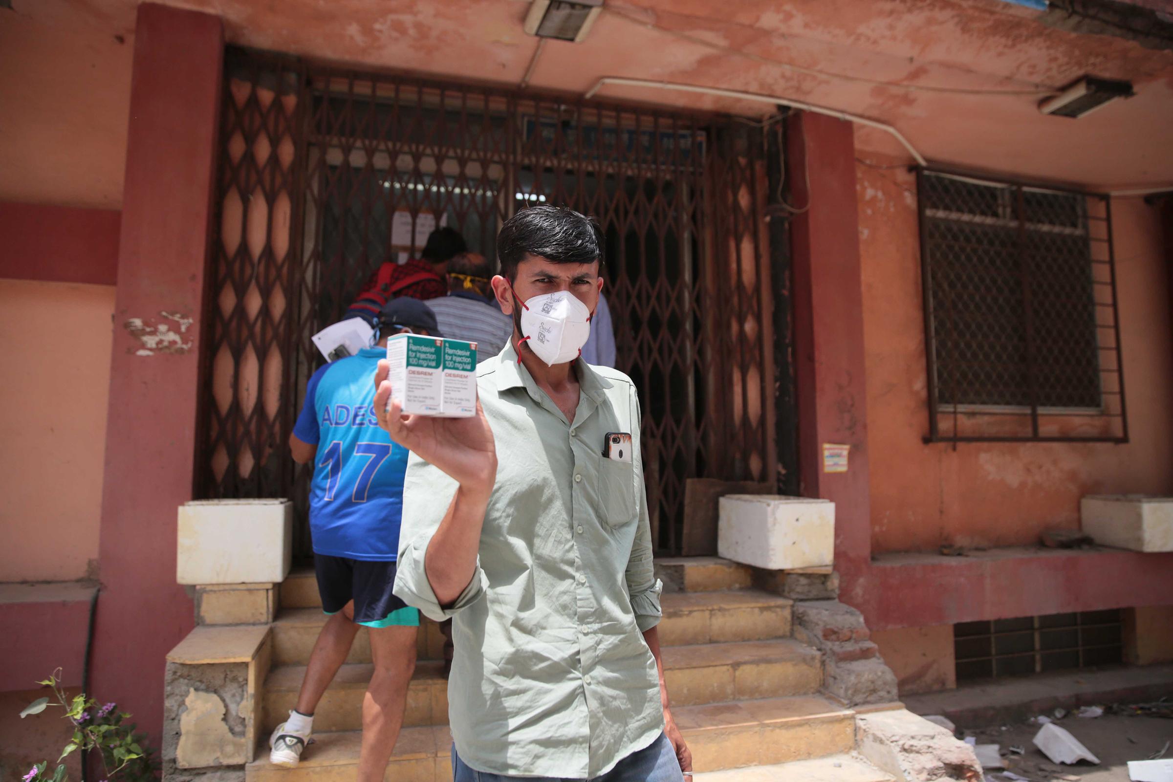 Một người đàn ông mua được thuốc Remdesivir tại thành phố Jaipur, Ấn Độ, hồi tháng 4. Ảnh: Hindustan Times.