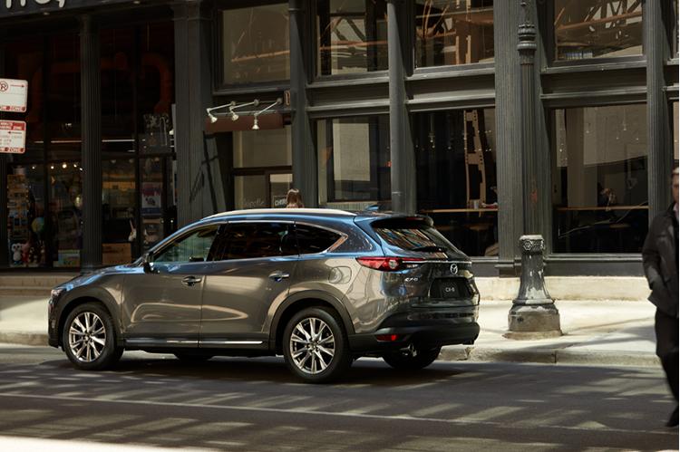 Mazda CX-8 trên đường phố.