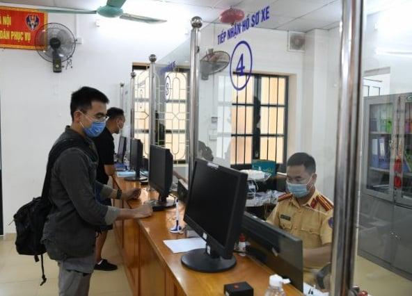 Người dân đi đăng ký xe trực tiếp tại cơ quan công an. Ảnh: Cục Cảnh sát giao thông